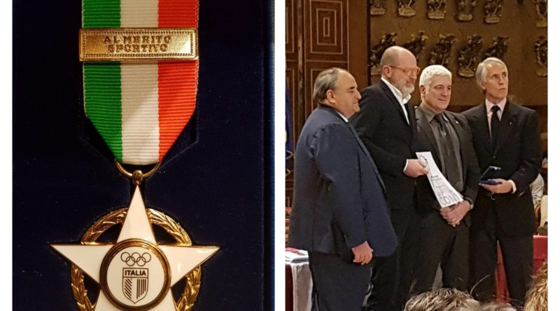 la Stella d'Oro al merito sportivo e sulla destra Stefano Cibin con Giovanni Malagò e Marzio Innocenti.