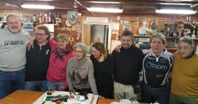 I famigliari di Kela e la torta in suo onore.